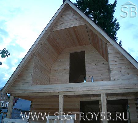 Строительство деревянного дома с балконом. Размер дома: 6х5 м.
