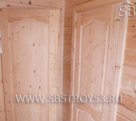 Двери филенчатые в доме из бруса.