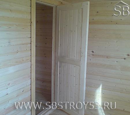 Дверь деревянного дома.