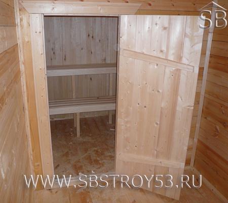 Банно-клиновая дверь в парную комнату бани из бруса.