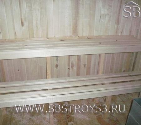 Лавочки в деревянной бане 6х6 м.