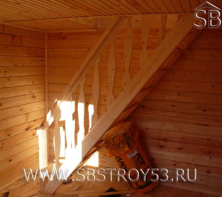 Лестница на мансардный этаж брусового дома. Размер дома: 6х6 м.