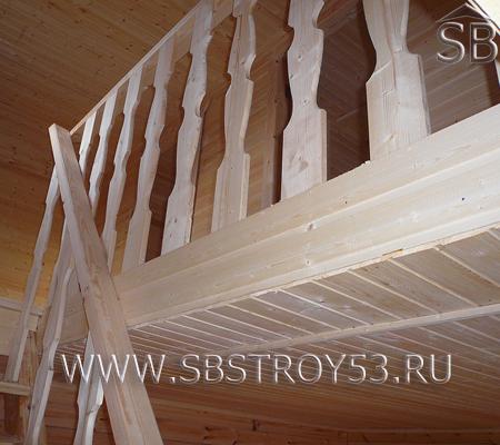 Лестница на мансардный этаж деревянного дома.