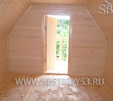 Вид на балкон деревянного дома 6х5 м с прямой крышей.
