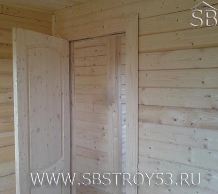 Двери в брусовом доме. Размер дома: 6х6 м.