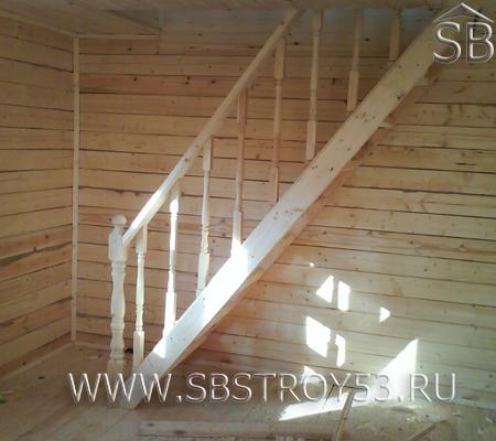 Лестница с точеными столбами и точеными балясинами в доме из бруса.