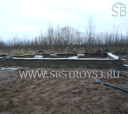 Ленточный фундамент из блоков для брусовой постройки.