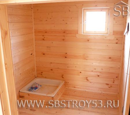 Поддон 90х90х130 мм в душевом помещении бани из бруса.
