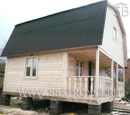 Брусовая баня с ломаной крышей. Размер: 6х6 м.