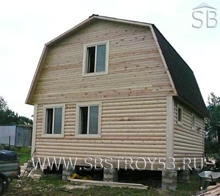 Большая брусовая баня с ломаной крышей. Размер бани: 6х7.5 м.