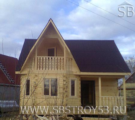 Деревянный дом с мансардой и эркером. Размер: 7х6 м.