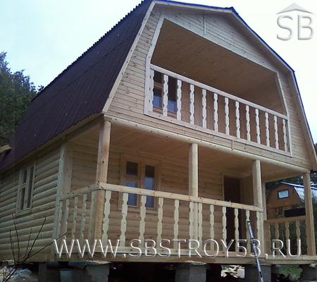Деревянный коттедж 6х8 с балконом и открытой террасой.
