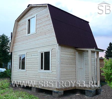Дом из бруса с открытым крыльцом. Размер: 6х5 м.