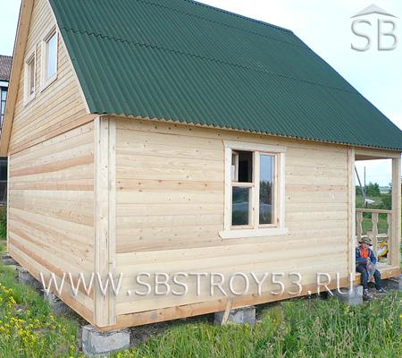 Деревянный дом с крыльцом 3х2 м. Размер дома: 6х4 м.