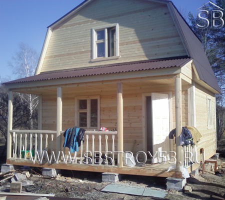 Брусовой дом с открытой террасой. Размер: 6х6 м.