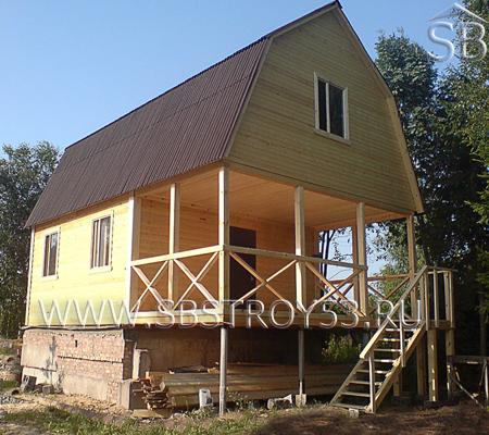 Деревянный дом 7х9 м с большой террасой на сваях.