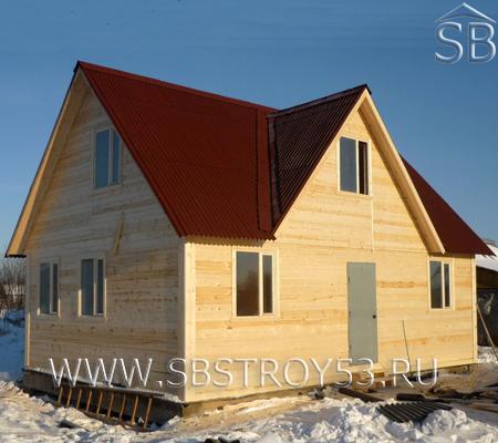 Деревянный дом 7х6 м с дополнительным фронтоном.